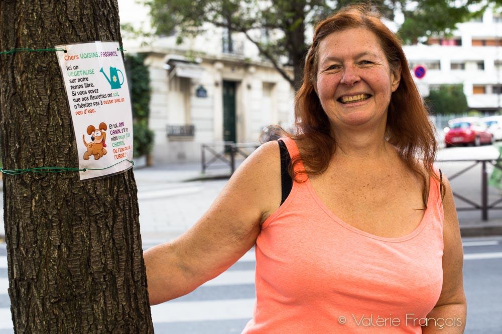 Carole végétalise un pied d'arbre dans le 13ème arrondissement de Paris