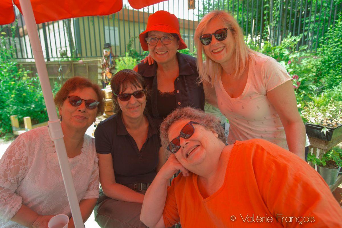 Véronique (au centre) avec la présidente (chapeau rouge) et des membres de l'association du j Jardin d'eugènie.