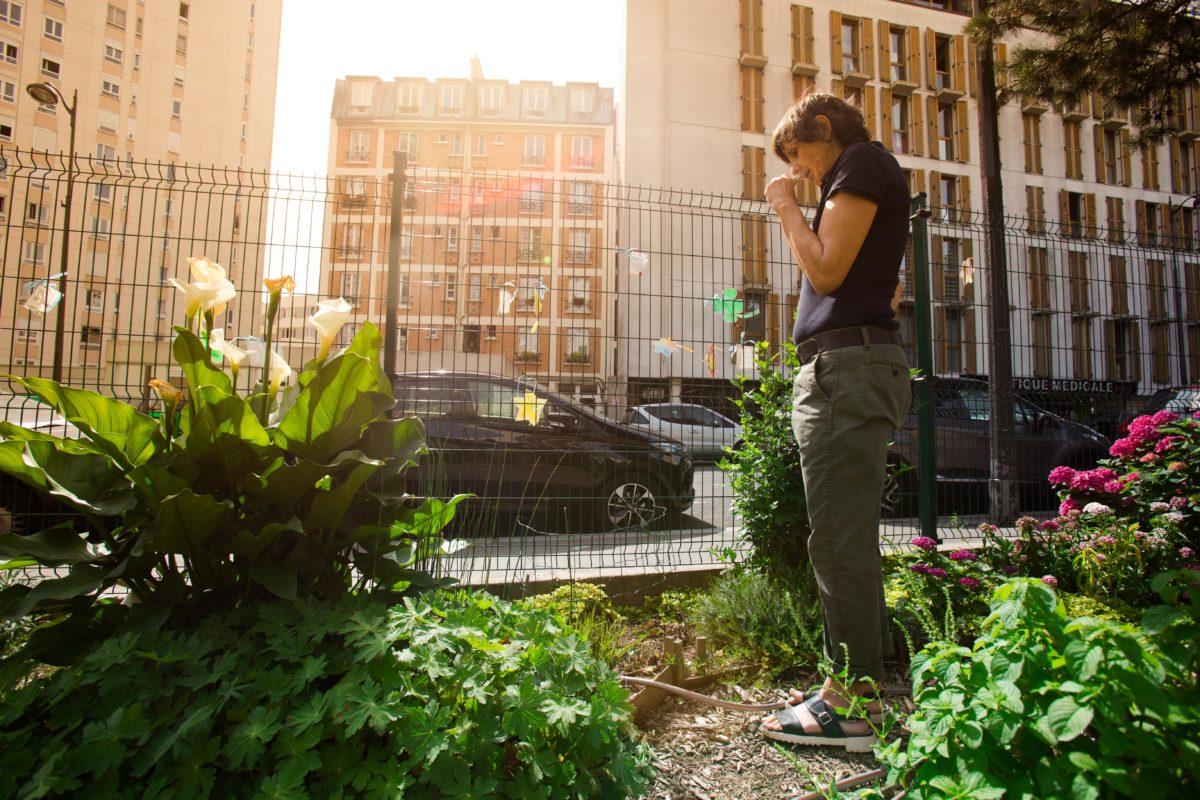 Véronique est une jardinière active et passionnée de ce joli jardin associatif dans le 19ème arrondissement de Paris.