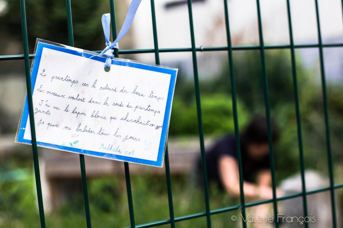Les enfants écrivent chaque année des petits poèmes qui sont accrochés aux grilles