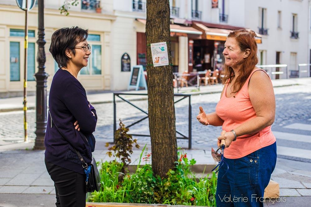 Végétaliser un pied d'arbre dans la rue attire toujours l'attention et la curiosité des passants