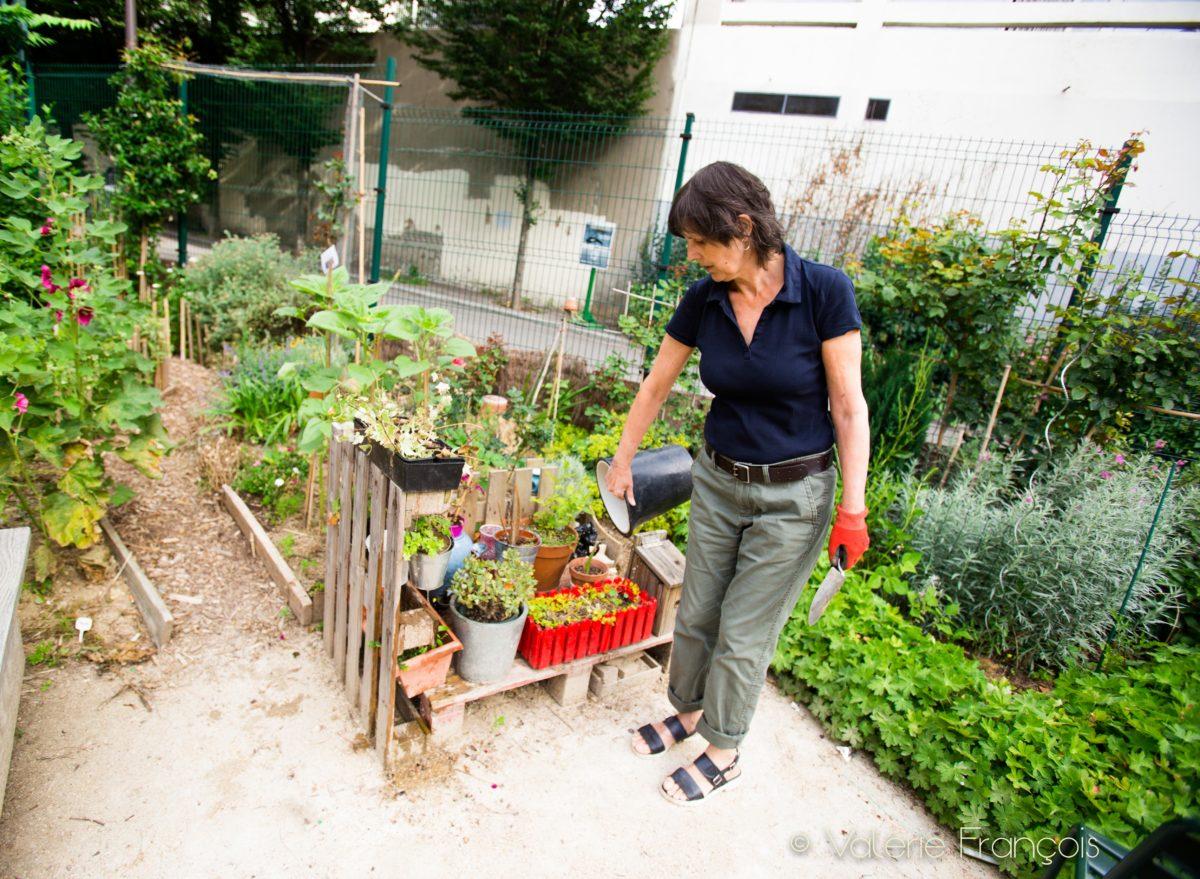 Véronique vit et travaille à deux pas du jardin d'Eugénie, c'est donc facile pour elle d'y aller souvent. Elle s'y rend presque tous les jours.