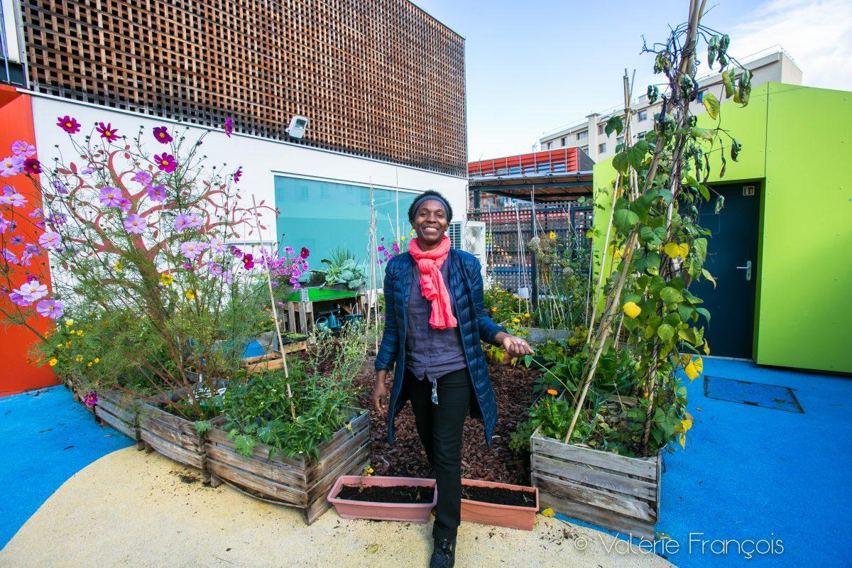 Valéry Tsimba dans le jardin pédagogique de la maison de la famille à Courbevoie